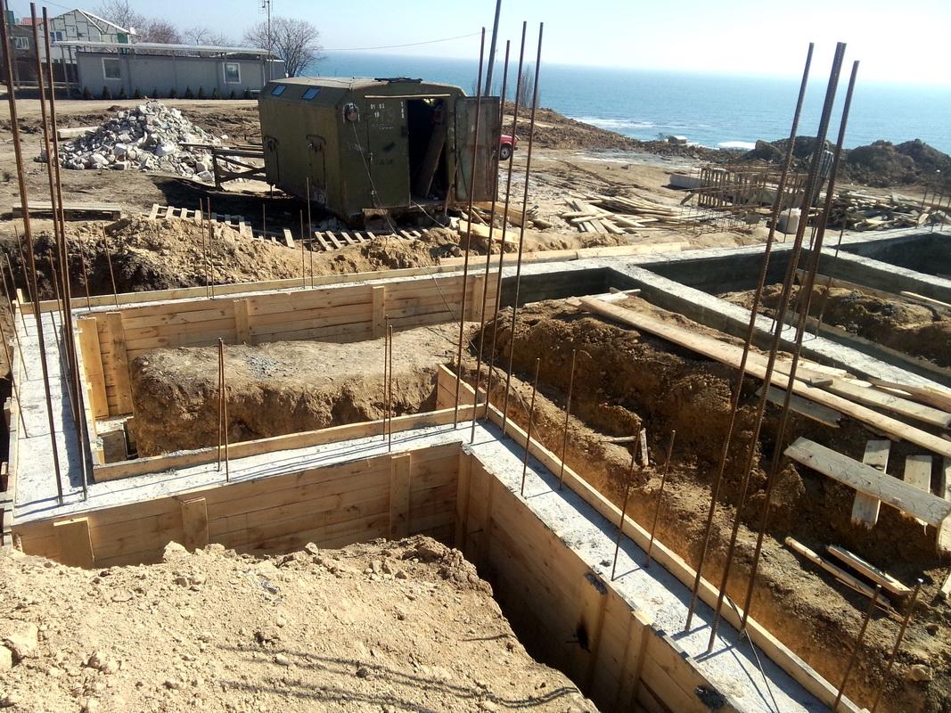 Реализация проекта: Одноэтажный дом на склоне с видом на море